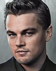 Acteur cheveux gris yeux bleu